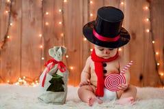 雪人服装的小男孩 免版税库存图片