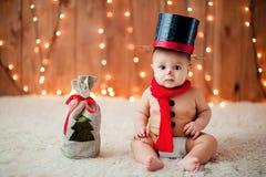 雪人服装的小男孩 免版税库存照片