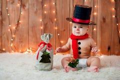 雪人服装的小男孩 免版税图库摄影