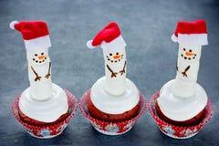 雪人杯形蛋糕-乐趣圣诞节食物 库存图片