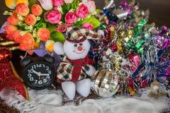 雪人玩偶,雪,花背景 免版税库存照片