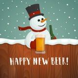 雪人用啤酒 愉快的新的啤酒商标 免版税库存照片