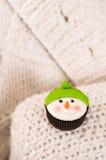 以雪人的形式圣诞节杯形蛋糕 库存照片