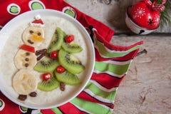 雪人粥燕麦粥早餐,孩子的乐趣圣诞节 免版税库存图片