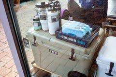 雪人致冷机和窗口购物 免版税图库摄影