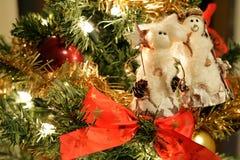 雪人装饰品和弓在圣诞树 免版税图库摄影