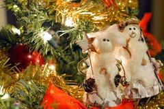 雪人装饰品和弓在圣诞树 库存照片