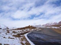 雪从Leh的山路到Manali,西藏人喜马拉雅山路 免版税库存照片