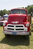 1954年雪佛兰6400卡车正面图 免版税图库摄影