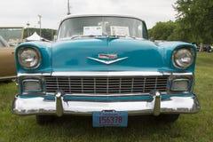 1956年雪佛兰贝莱尔蓝色和白色汽车关闭 库存照片