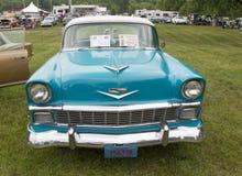 1956年雪佛兰贝莱尔蓝色和白色汽车正面图 免版税库存照片