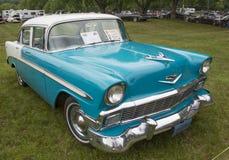 1956年雪佛兰贝莱尔蓝色和白色汽车 免版税库存图片