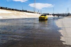 雪佛兰Camaro在洛杉矶河 免版税库存照片