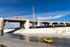 雪佛兰Camaro在洛杉矶河 免版税图库摄影