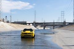 雪佛兰Camaro在洛杉矶河 库存图片