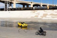 雪佛兰Camaro在洛杉矶河 库存照片