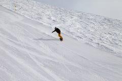 滑雪倾斜和挡雪板冬天寒冷天 库存照片