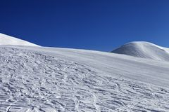 滑雪倾斜和蓝色清楚的天空在好天儿 图库摄影