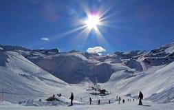 滑雪倾斜在阳光下 库存照片