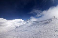 滑雪倾斜开始的滑雪者  免版税库存图片