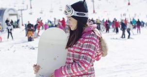 滑雪倾斜的微笑的妇女与雪板 股票视频