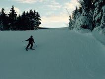 滑雪倾斜的男孩 免版税库存照片