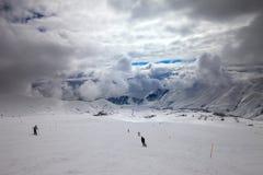 滑雪倾斜的滑雪者在风暴前 库存照片