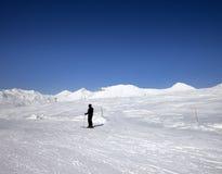 滑雪倾斜的滑雪者太阳天 库存图片