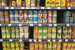 雪兰莪,马来西亚- 2017年6月12日, :果子品种在hypermart的机架可能显示在Puncak Alam,马来西亚 库存照片