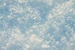 雪关闭抽象蓝色白色背景  免版税库存图片