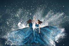 雪冬天两时尚妇女画象 免版税库存图片