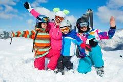 滑雪冬天乐趣。愉快的家庭 免版税图库摄影