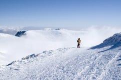 雪冬天山的,保加利亚一名登山家 免版税库存照片