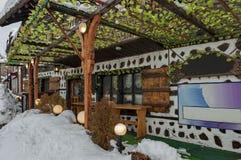 雪冬天街道在有古老房子和藤的班斯科镇 库存图片