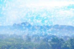 雪剥落落在自然和山,抽象背景的模糊的照片 库存照片