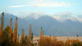 雪加盖了山脉和Katpana冷的沙漠 斯卡都,基尔吉特巴尔蒂斯坦,巴基斯坦 股票录像