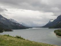 雪加盖的山和清楚的湖 免版税库存图片