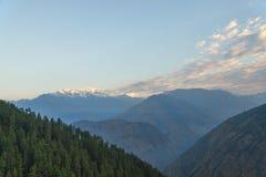 雪加盖的山脉在黎明 免版税图库摄影