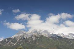 雪加盖的峰顶 免版税库存图片