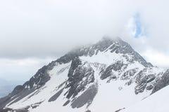 雪加盖的峰顶 图库摄影