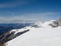 雪加盖的阿尔卑斯山顶层 库存照片