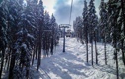 滑雪升降椅 免版税库存照片