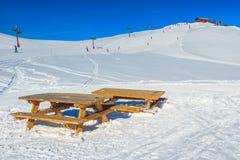 滑雪吊车和滑雪在山, La Toussuire,法国追猎 免版税库存照片