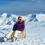 滑雪后在山在圣诞节期间 库存照片