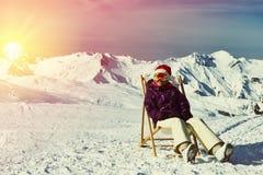 滑雪后在山在圣诞节期间 图库摄影