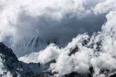 雪和云彩报道的喜马拉雅山峰顶 免版税库存照片