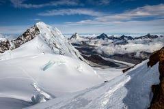 雪和冰川覆盖的山在阿尔卑斯 免版税库存照片