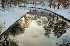 雪和反射在城市运河 图库摄影
