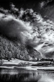 雪和太阳在瑞士山 库存照片
