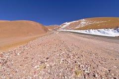 雪和岩石在阿塔卡马沙漠 库存照片